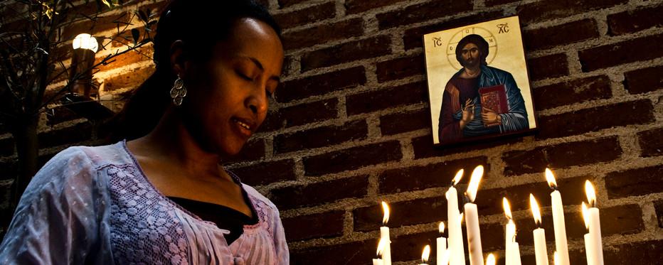 kvinde beder en bøn